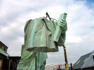 Mise en place de l'ossature métallique de la statue de la Liberté de Colmar