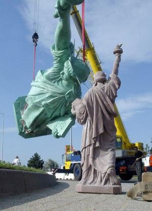 Mise en place de la statue de la Liberté de Colmar