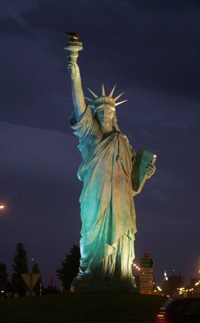 La statue de la Liberté de nuit