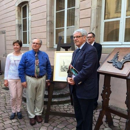 """Vince Swift, Président du """"Statue of Liberty Club"""" remet la gravure sur bois d'Auguste Lepère à Gilbert Meyer, Maire deColmar"""